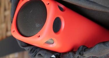 Amazon, in sconto la batteria esterna 4-in-1 con speaker Bluetooth incorporato, tastiere portatili e batterie con avviatore per auto